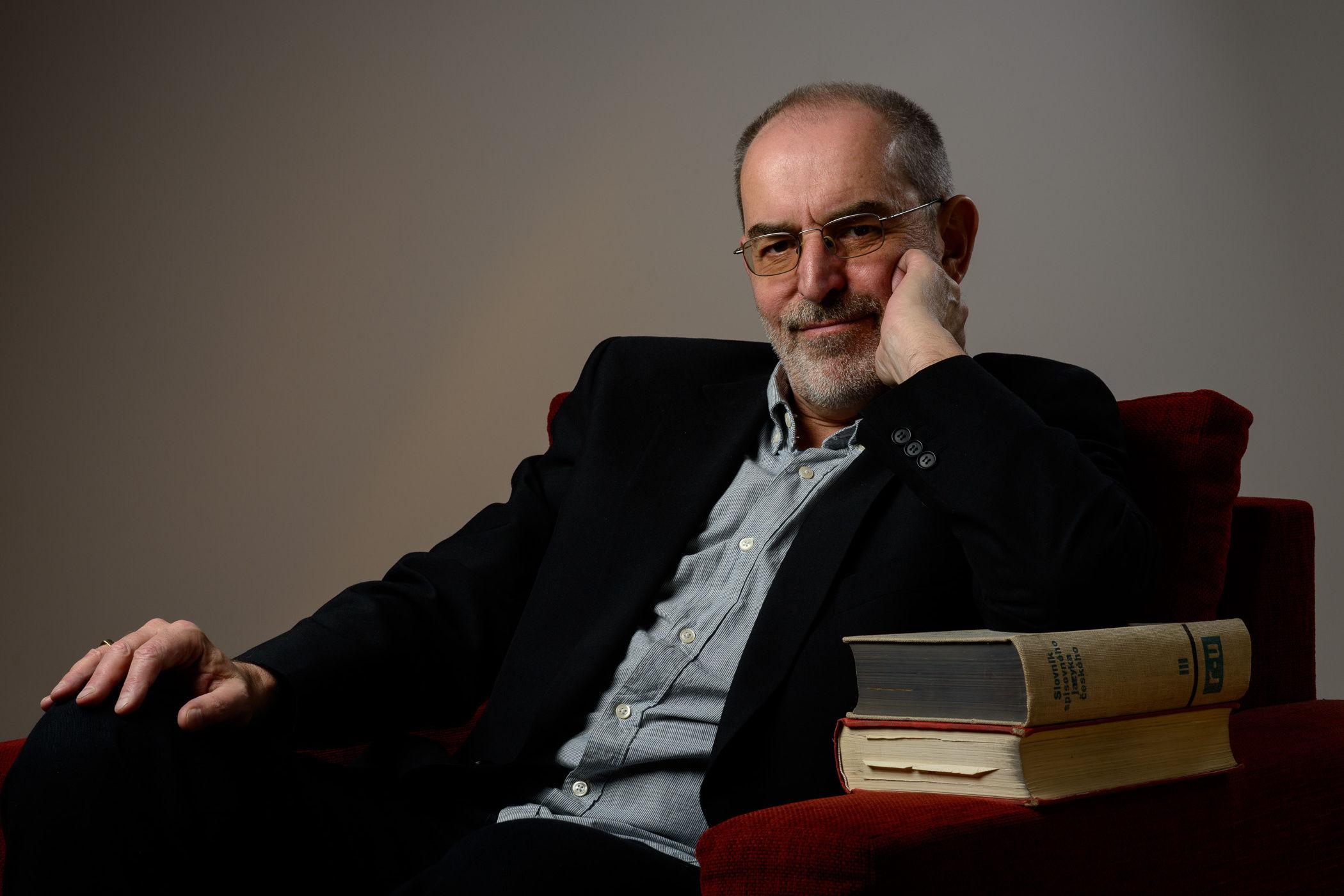 Obrázek Lenoška Iva Šmoldase, klidné spočinutí rušené řečmi o knihách a životě…